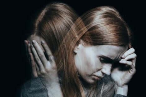 En kvinna med schizofreni, en vanligt förekommande grund till självskadebeteende