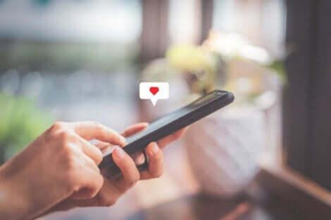 Skickar ett hjärta på ett socialt nätverk