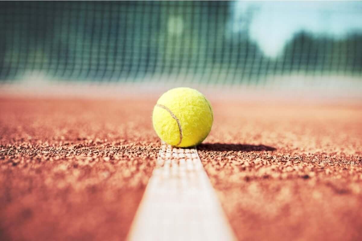 I tennis är det viktigt att inte låta sig distraheras av tillfälliga bakslag