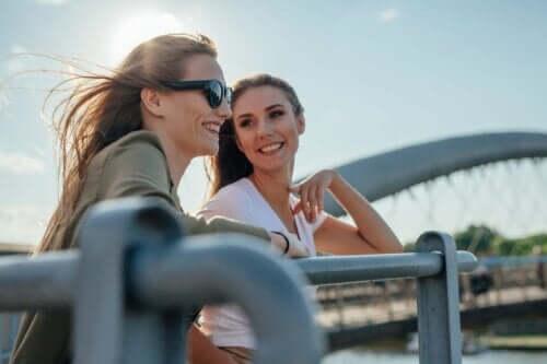 Två kvinnor som talar på en bro