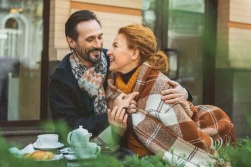 Två förälskade personer på utomhusservering