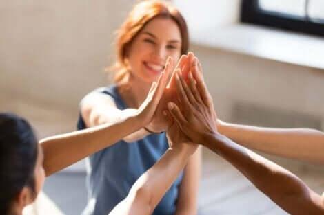 Vänner som håller händer
