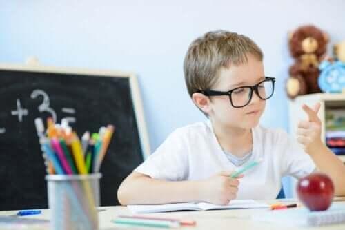 Ett barn som räknar matte med fingrarna