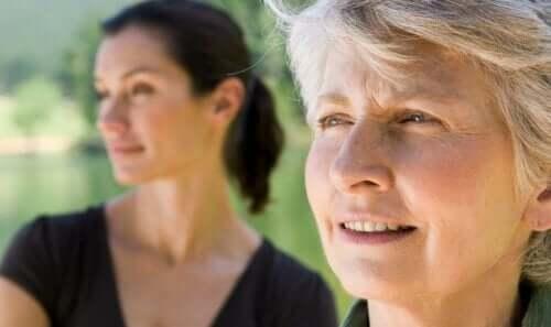 En gammal kvinna med sin dotter