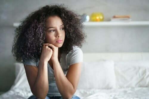 En eftertänksam ung kvinna