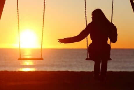 En ensam kvinna gungar