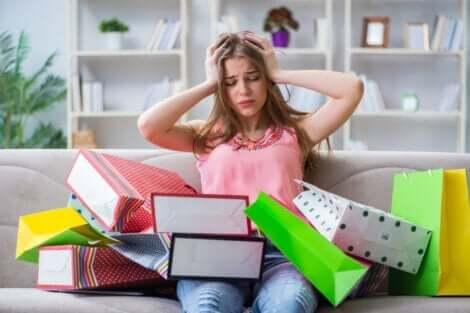 En förtvivlad kvinna efter en shoppingtur