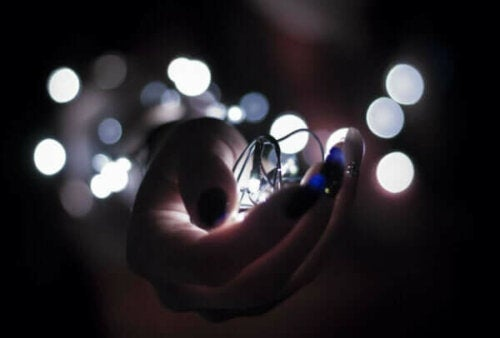 En hand som håller ett ljus