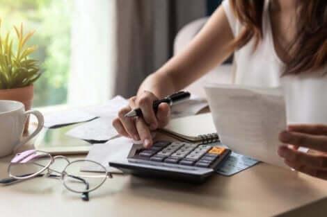En kvinna som skapar sin budget