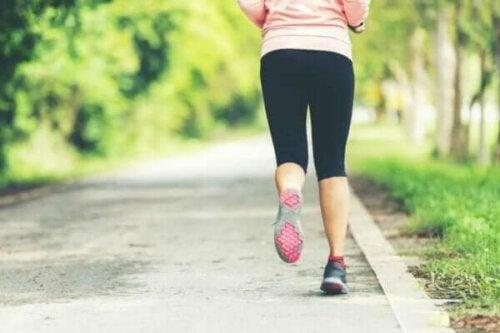 En kvinna joggar