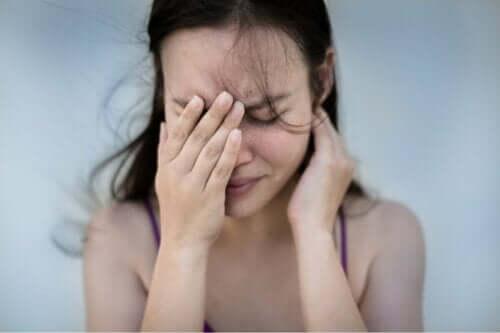 En kvinna med huvudvärk