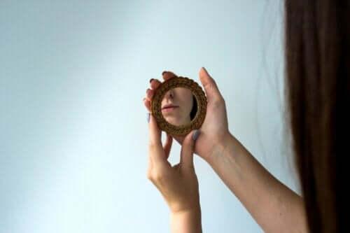 På det här fotot, en kvinna som gör introspektion medan hon tittar på sig själv i spegeln