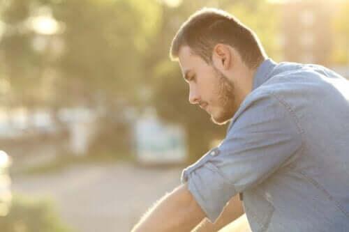 En man som reflekterar över att positivt tänkande inte alltid fungerar