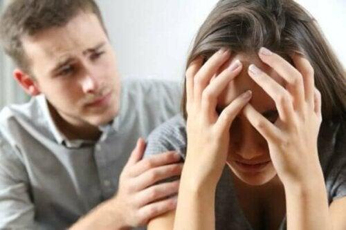 En man som försöker trösta en kvinna
