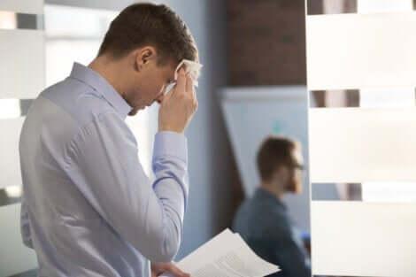 En nervös man inför ett möte
