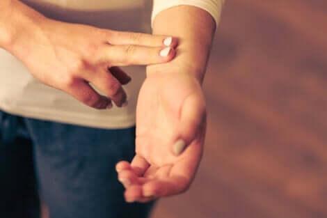 En person kontrollerar sin puls
