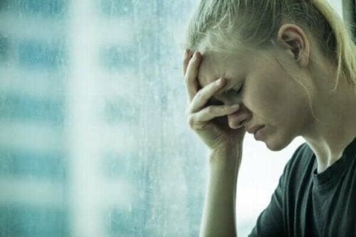 En kvinna som försöker utöva känslomässig kontroll över sin ångest