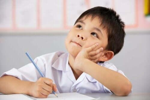 En pojke tänker i klassrummet
