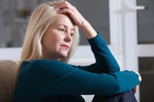 En kvinna som känner sig stressad