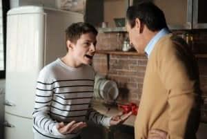 En tonåring som gapar på sin pappa