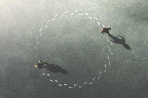 Två personer går i cirklar
