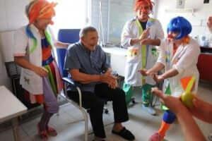 Åldersvänliga städer: En äldre man på ett äldreboende