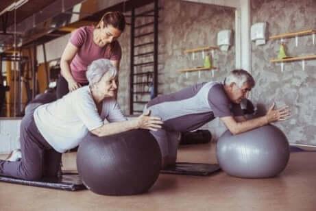 Pensionärer som motionerar med pilatesbollar