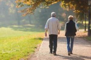 Ett äldre par som konditionstränar