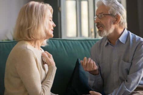 Ett äldre par som talar om sitt förhållande
