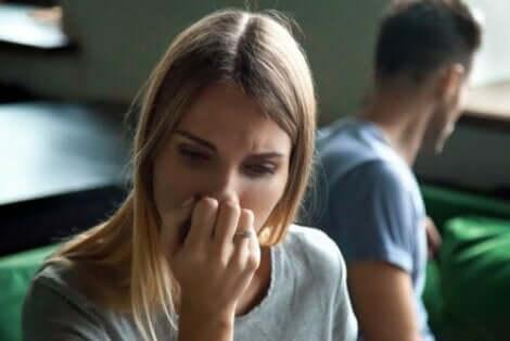 En kvinna med känslomässig ambivalens som ser eftertänksam ut
