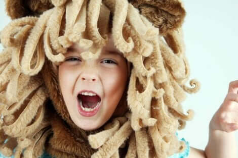 Ett barn utklätt som ett lejon