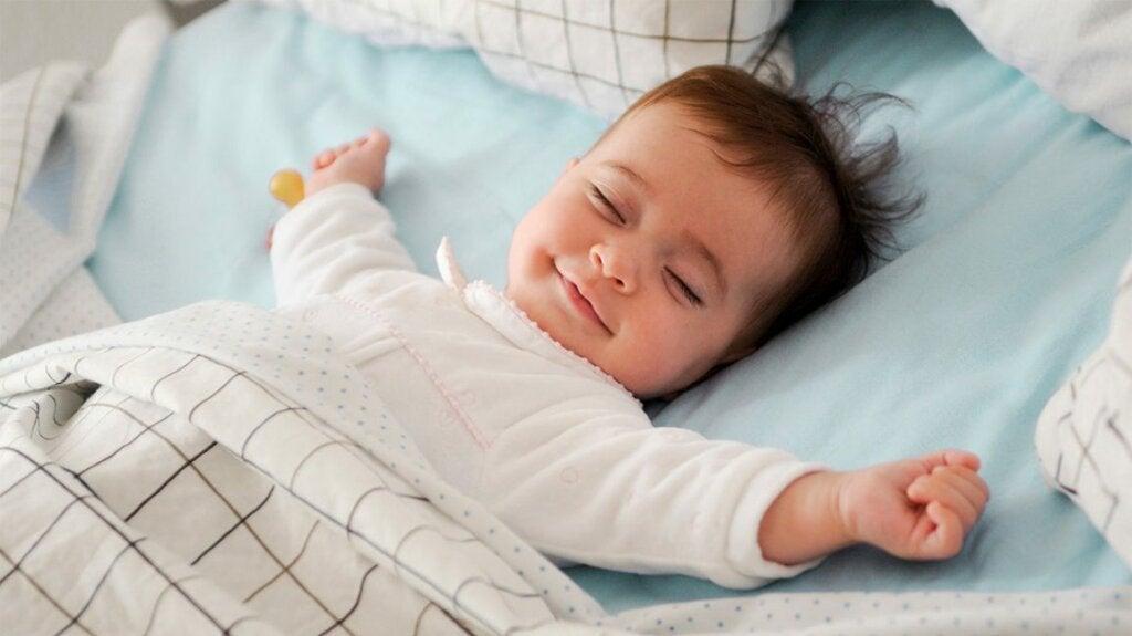 Ett barn som sover lyckligt med vitt brus