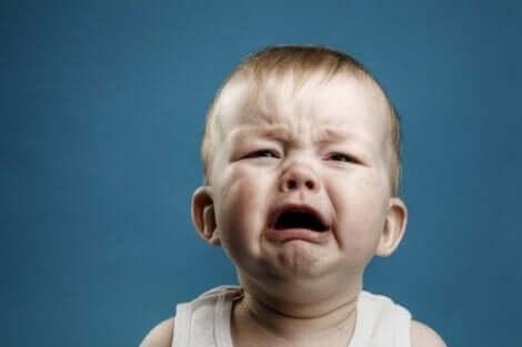 En baby som gråter hysteriskt