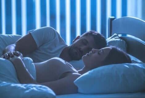 En man och en kvinna som ligger i en säng