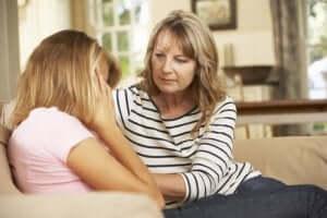En mor som pratar med dottern som ett medel för att förebygga ätstörningar
