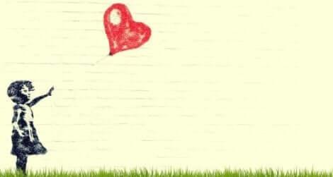 En flicka med en hjärtformad ballong