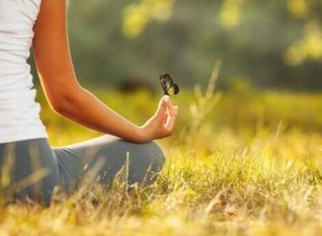 En kvinna håller en fjäril