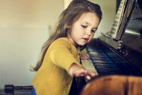 En flicka som spelar piano