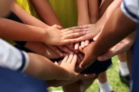 Ett foto av en grupp händer som rör vid varandra