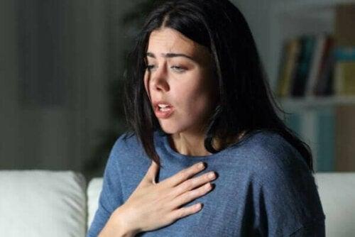 En kvinna som upplever en ångest- eller en panikattack