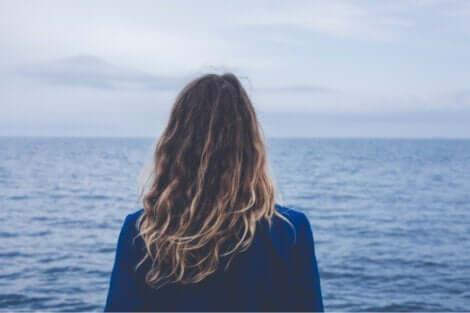 En kvinna som ser ut över havet