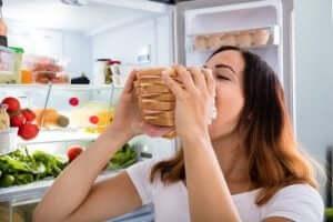 En kvinna poserar med en enorm smörgås