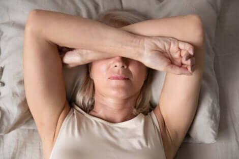 En kvinna som inte vill gå ur sängen