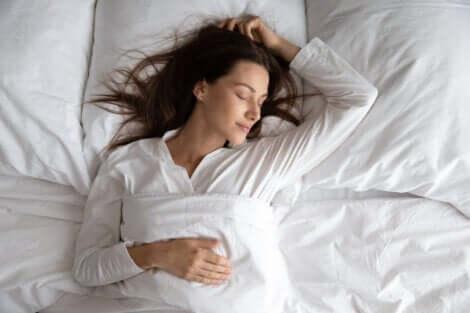 En kvinna som sover gott i sängen