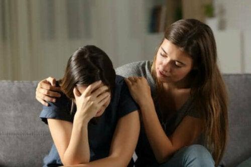 En kvinna som tröstar en annan