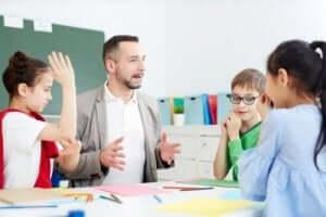 En lärare med sina elever