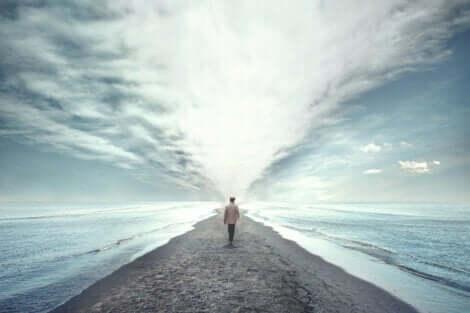 En man som går ut mot havet