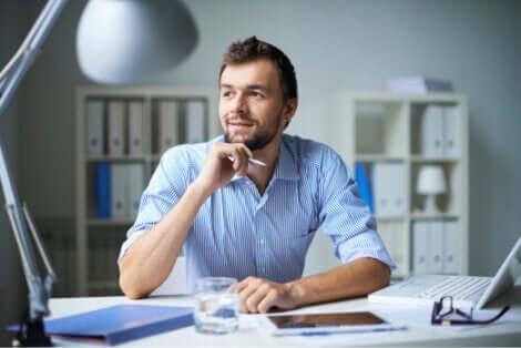 En man som tänker vid sitt skrivbord