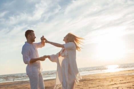 Ett nytt par som inte låter det förflutna hindra dem från att starta nya relationer