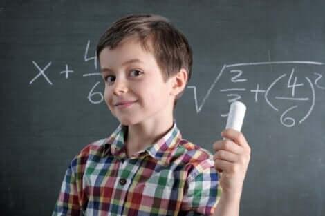 En pojke som utför matematisk beräkningar
